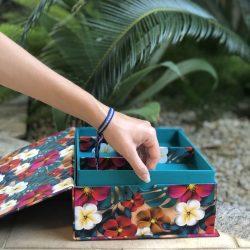 Detalhe na lateral da caixa para facilitar a retirada da bandeja