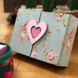 caixa com fivela coração